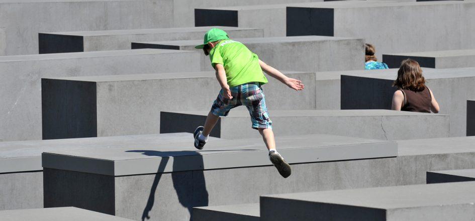 Holocaust Mahnmal mit springendem Jungen Fotograf: Thomas Platow, Landesarchiv Berlin, F Rep. 290, Nr. D_004891