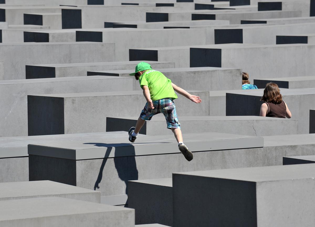 Holocaust Mahnmal mit springendem Jungen, Fotograf: Thomas Platow, Landesarchiv Berlin