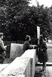 Gespräch zweier Freundinnen über die Mauer an der Harzer Straße an der Sektorengrenze Neukölln/Treptow, 23. August 1961. Landesarchiv Berlin, Foto: Horst Siegmann; F Rep. 290, Nr. 76482