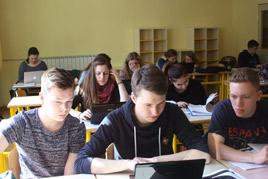 Arbeitsphase in der Schule in Vipava, Schüler und Schülerinnen sitzen an Schreibtischen