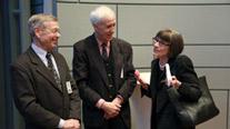 Die ehemaligen Direktoren des Landesarchivs, Dr. Jürgen Wetzel (links) und Prof. Dr. Klaus Dettmer (Mitte) im Gespräch mit Sara J. Bloomfield