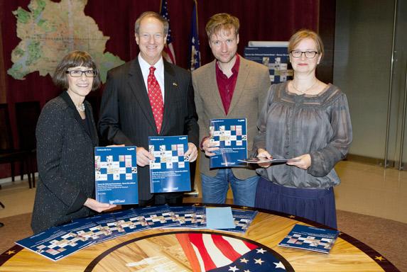 Von links: Sara J. Bloomfield (Direktorin des USHMM), John B. Emerson (Botschafter der Vereinigten Staaten von Amerika), Tim Renner (Staatssekretär für Kultur/ Senatskanzlei), Dr. Heike Schroll (stv. Direktorin des Landesarchivs Berlin), Foto: John Self/US-Botschaft in Berlin