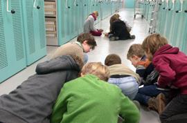 Im Rahmen einer Archivführung recherchieren die Kinder in den Tageszeitungen.