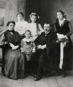 Familie des Bezirksschornsteinfegers Lewandowski um 1911, Quelle: Landesarchiv Berlin, F Rep. 290 Nr. 0315611, Fotograf: keine Angabe