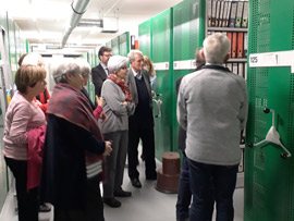 Mitglieder der Gesellschaft erhalten einen Einblick in die Lagerung der historischen Unterlagen im Magazin, Foto: Bianca Welzing-Bräutigam