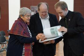 Überreichung des Findbuches durch den Bestandsbearbeiter Raphael Hasselberg an den Vorstand der Gesellschaft, Foto: Bianca Welzing-Bräutigam