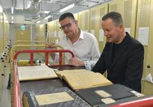 Dr. Klaus Lederer und Prof. Dr. Uwe Schaper bei der Besichtigung des Magazins für Personenstandsunterlagen. Foto: Thomas Platow