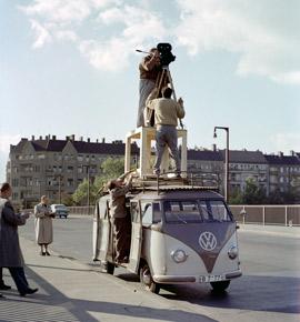 """Dreharbeiten zum Dokumentarfilm """" Wartesaal der Weltgeschichte"""" von 1959, Landesarchiv Berlin, F Rep. 290 Nr. 0000398_C, Fotograf: Bert Sass"""