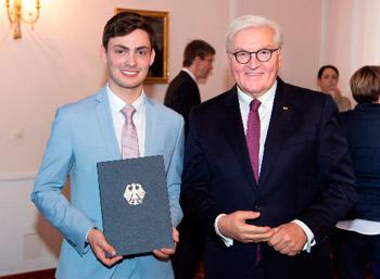 Preisträger Anton Höffner mit der Urkunde in der Hand neben Bundespräsident Frank-Walter Steinmeier