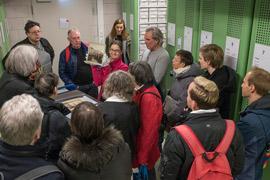 Besucherinnen und Besucher vor den Magazinschränken in der Fotosammlung.